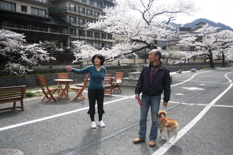 写真5 温泉街とご夫妻2